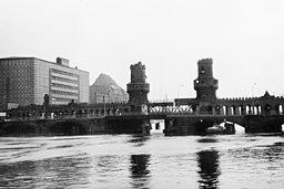 Oberbaumbrücke Eierkühlhaus Gabriele Waechter, geb. Niepage [CC BY-SA 2.5 (https://creativecommons.org/licenses/by-sa/2.5)], via Wikimedia Commons