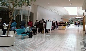 English: 2,500 people line up in a mall in Tex...