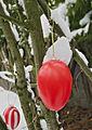 2013-03 Osterei-im-Schnee rot-weiss.jpg