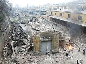 25 marzo 2010 - Demolizione sottostazione elettrica stazione ferroviaria Genova Terralba - panoramio.jpg