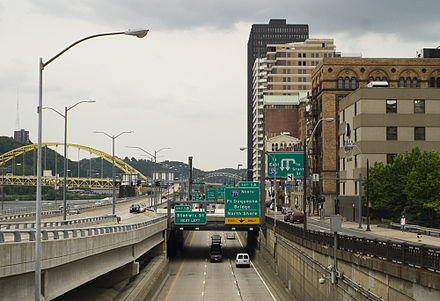Westbound US 30 on the Penn-Lincoln Parkway (also I-376 and US 22) in Pittsburgh 376 00.jpg
