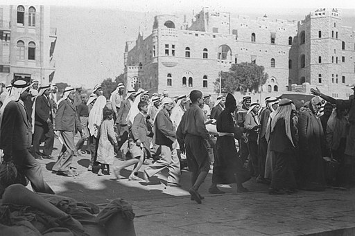 ARABS RETURNING TO THE OLD CITY OF JERUSALEM AFTER THE LIFTING OF THE CURFEW IMPOSED DURING ARAB RIOTING AGAINST JEWS DURING THE BRITISH MANDATE. צילוD220-084