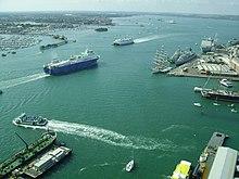 Vido de diversaj pramoj, kargo kaj militŝipoj moviĝantaj for el Portsmouth Harbour. Tiu foto estis prenita de la rigarda ludkartaro de la Spinakro de Turo.