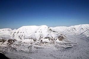 Der 928 m hohe Berg Hiorthfjellet gegenüber dem Hauptort Longyearbyen