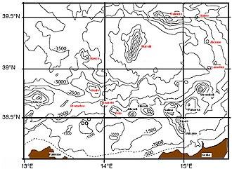 Arco Eoliano, con linee di costa e isobate di 500 m. Isole Eolie in grigio e nome in carattere di colore nero, montagne sottomarine in carattere di colore rosso.
