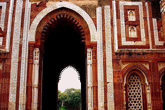 Qutb complex - Close up of the inscriptions on entrance arch, Alai Darwaza built by Alauddin Khalji