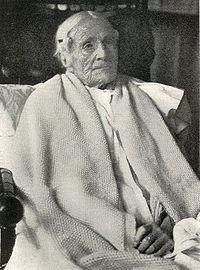 Cụ già  Ann Pouder(8 tháng 4, 1807- 10 tháng 7, 1917) là một trong những người sống thọ nhất thế giới. Ảnh được chụp trong ngày sinh nhật lần thứ 110 của cụ. Những nếp nhăn của tuổi tác hằn rõ trên mặt là một trong những dấu hiệu của quá trình lão hóa.