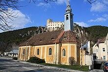 Chiesa di Sant'Elena, sullo sfondo, il castello di Rauhenstein