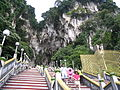 Batu caves - escalier monumental.JPG