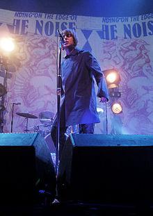 Liam Gallagher con i Beady Eye dal vivo nel marzo 2011 ad Amsterdam