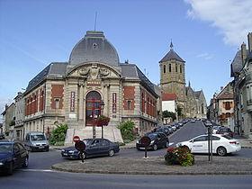 La bibliothèque avec, en arrière-plan,l'église Saint-Nicolas.