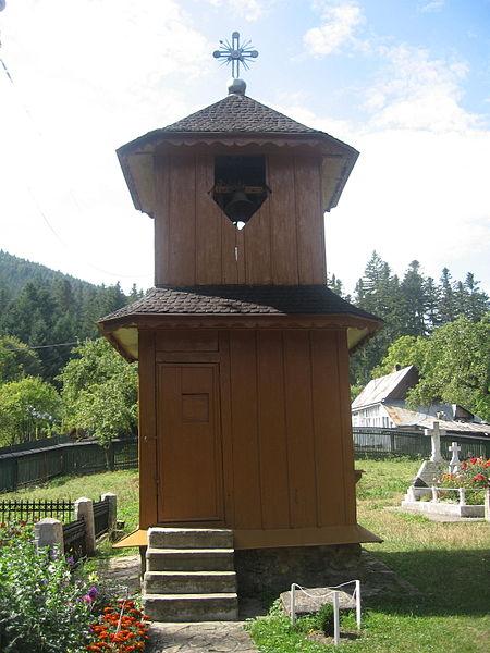File:Biserica de lemn din Agapia5.jpg
