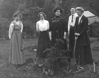 """Marion Wallace Dunlop - Annie Kenney, Kitty Kenney, Florence Haig, Mary Blathwayt and Marion Wallace-Dunlop at """"Suffragette's Rest"""""""
