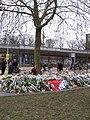 Bloemen voor de slachtoffers van de tramaanslag van 18 maart 2019 in Utrecht, 23 maart 2019 - 1.jpg