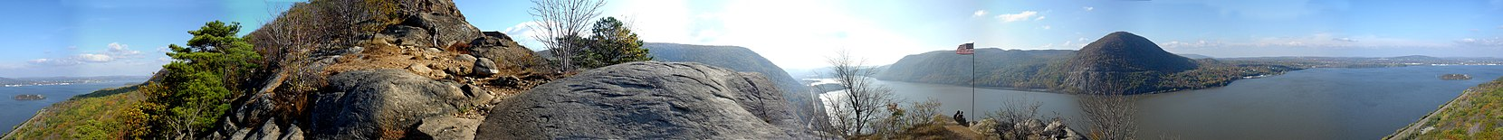 Panorama of Storm King Mt and the Hudson River from the first viewpoint of Breakneck Ridge