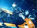 Buceador siendo transportado en camilla en inmersion.jpg