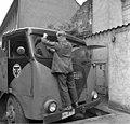 Bundesarchiv B 145 Bild-F011251-0008, Bonn, Flüchtling mit seinem Tankfahrzeug.jpg
