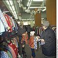Bundesarchiv Bild 183-P1206-407, Berliner Oberbekleidungsgeschäft.jpg