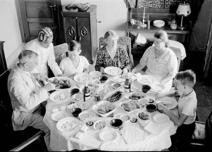 COLLECTIE TROPENMUSEUM De familie C.H. Japing met tante Jet en oom Jan Breeman aan de rijsttafel Bandoeng TMnr 10030167