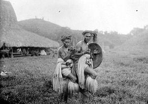 Sumba people - Image: COLLECTIE TROPENMUSEUM Twee mannen dansen de Zaiwo met zwaard en schild Soemba T Mnr 10004764
