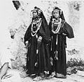 COLLECTIE TROPENMUSEUM Twee meisjes uit de Anti-Atlas in feestelijke kledij TMnr 20008863.jpg