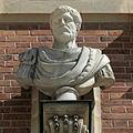 Château de Versailles, cour de marbre, buste d'empereur romain, Vdse 100 02.jpg