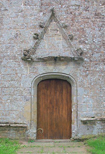 Chapelle Notre-Dame-de-Vérité (Caudan): porte principale avec son chapeautement