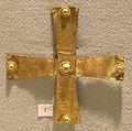 Cividale, necropoli di s. stefano in pertica, tomba 1 di guerriero di rango, 590-610 ca, croce in oro con ribattini sferoidali.jpg