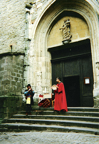 Cordes-sur-Ciel - Minstrels playing in front of a church during a festival
