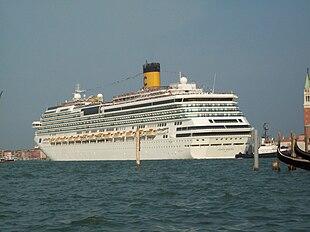 Una nave da crociera (la Costa Serena, della Costa Crociere), un tipo di nave passeggeri