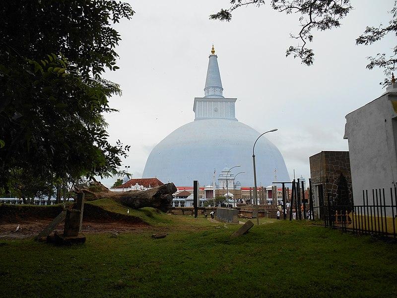 Dagoba Ruvanvelisaya - panoramio.jpg