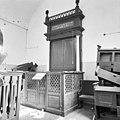 De gebedsruimte met Heilige Arke en biema (= verhoging voor het voorlezen van de Tora) van de synagoge te Haaksbergen in verval - Haaksbergen - 20095203 - RCE.jpg