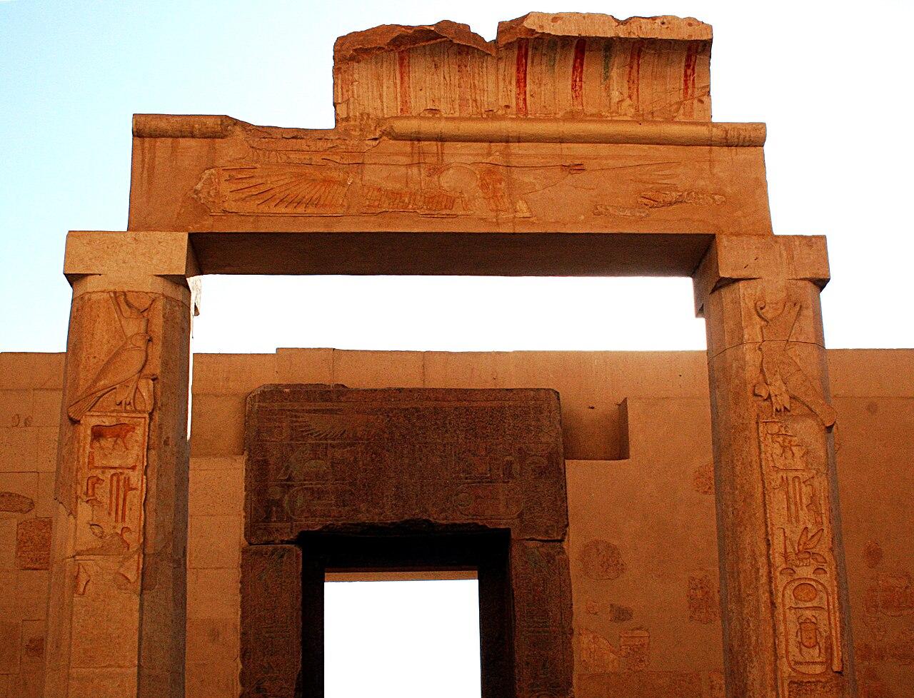 Horus behedety 1280px-Deir_el-Bahari_0516