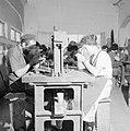 Diamantbewerkers aan het werk in Natanya, Bestanddeelnr 255-4362.jpg