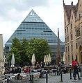 Die pyramidale Neue Zentralbibliothek aus dem Jahr 2004 ist etwa 23 Meter hoch. - panoramio (1).jpg