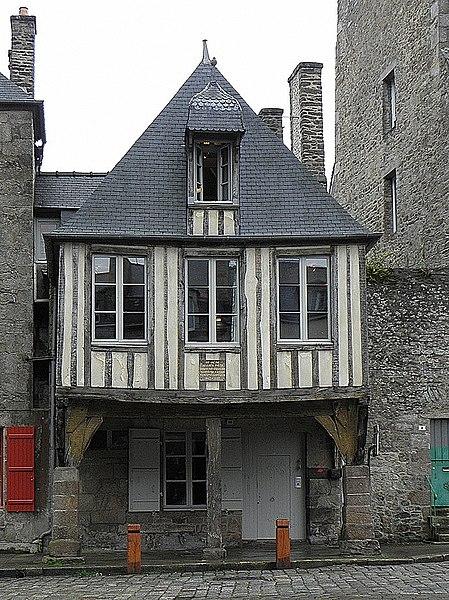 File:Dinan (22) Place Saint-Sauveur n°10.JPG Исторические памятники Динана, достопримечательности Динана, фотографии Динана
