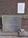 dinther (bernheze) rijksmonument 520589 servatiuskerk, oude grafsteen tegen kerkgevel