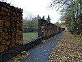 Divoká zahrada Hostivař, hmyzí hotel v plotu.jpg