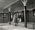 Douaniers op vliegveld Waalhaven, 1922.jpg