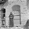 Druzische vrouw en kind bij een met houtsnijwerk versierde deur, Bestanddeelnr 255-0118.jpg