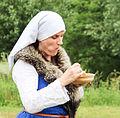 Eating costumed woman Jacoba van Beierenday Oostvoorne.jpg