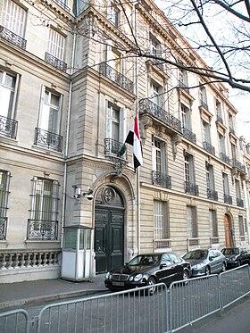 Le D Au De Legypte Flotte Au Dessus De Lentree De Lavenue Diena De Lambassade Degypte A Paris