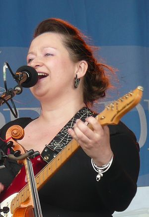 Eliza Carthy - Carthy on stage at the 2011 Wychwood Festival