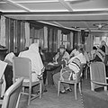Emigranten (oliem) op weg naar Israel, gehuld in gebedsmantels, in de lounge v…, Bestanddeelnr 255-1114.jpg
