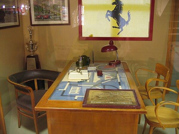 Το γραφείο του Έντσο Φερράρι με το έμβλημα του Μπαράκκα που έγινε το  έμβλημα της Scuderia 285be65b833