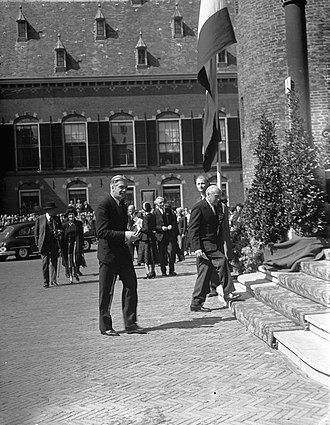 Congress of Europe - Sir Anthony Eden arriving at the Hall of Knights in The Hague (May 9, 1948)