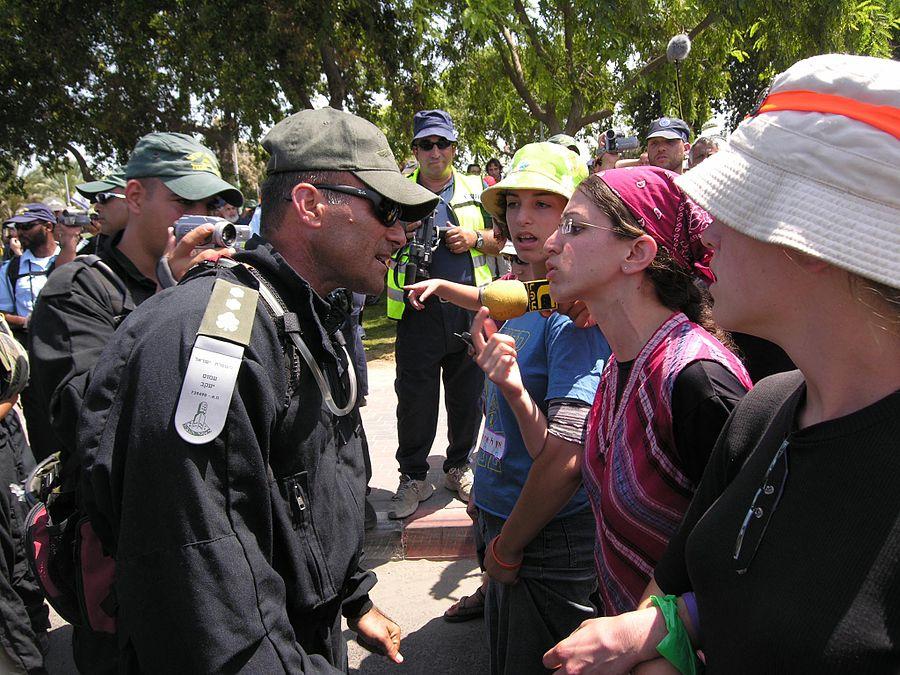 Flickr - Israel Defense Forces - The Evacuation of Neve Dekalim (64).jpg