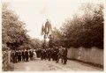 Fotografi av Ljusne. I väntan på Oscar IIs besök. Vid ingången till Villan - Hallwylska museet - 106802.tif