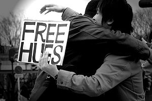English: Photo of two people hugging on free h...