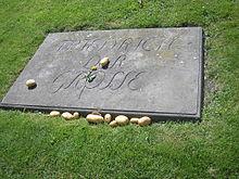 Grabstein Friedrichs des Großen mit darauf und darum gelegten Kartoffeln zum Andenken an den Kartoffelbefehl (Quelle: Wikimedia)